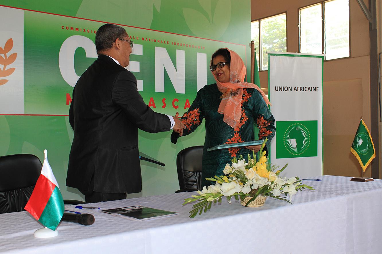 Signature de la contribution de l'Union Africaine à la mise en oeuvre du processus électoral