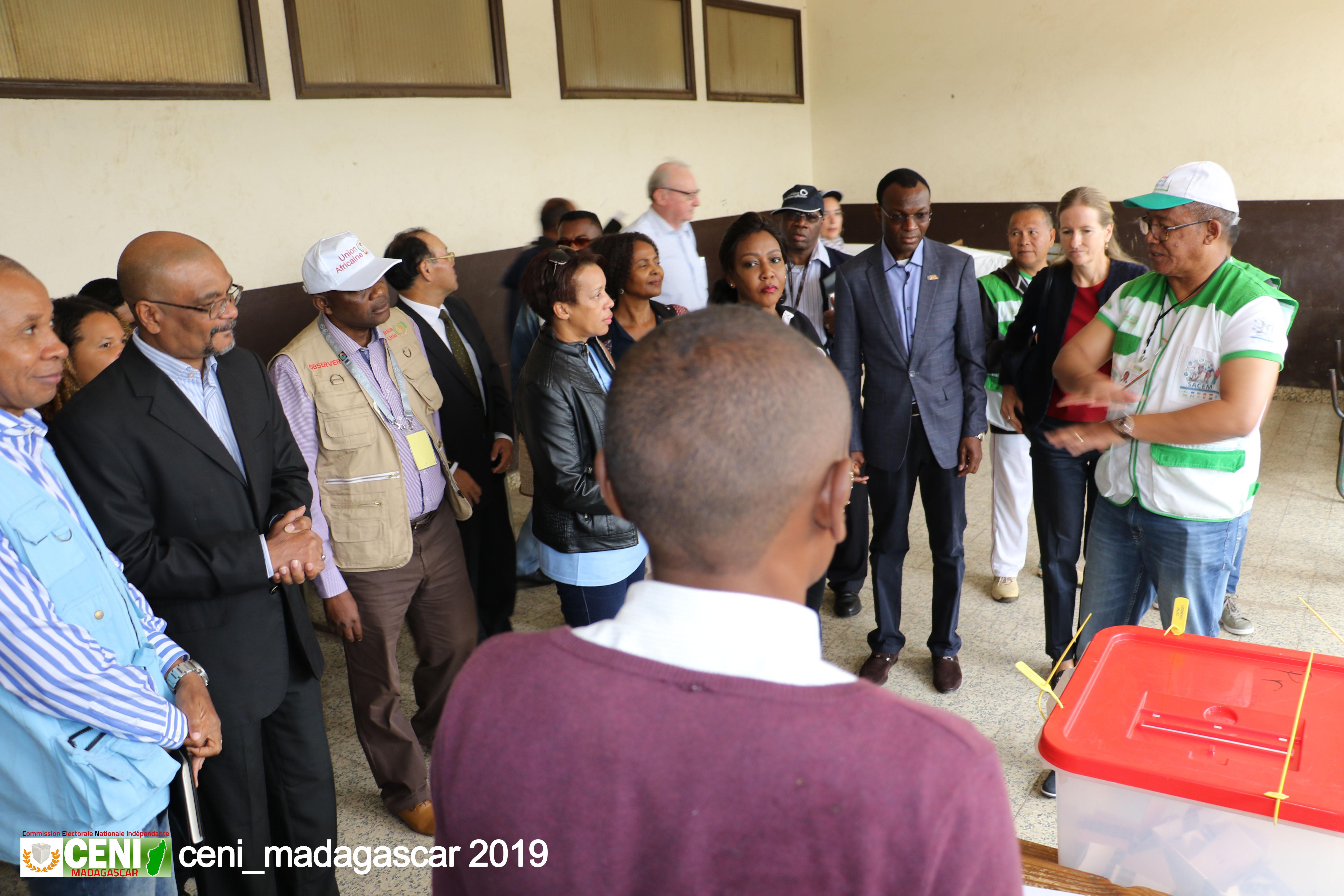 Visite des bureaux de vote par le P.CENI et la Communauté Internationale